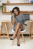 Kvinna som talar på den retro telefonen royaltyfria bilder