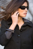 Kvinna som talar på hennes mobila ll Arkivfoto