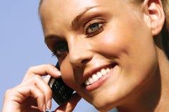 Kvinna som talar på mobiltelefonll Arkivfoton