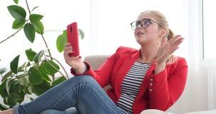 Kvinna som talar på telefonen via video pratstund arkivfilmer
