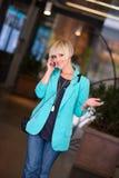 Kvinna som talar till den mobila telefonen royaltyfri foto