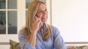 Kvinna som talar över telefonen stock video