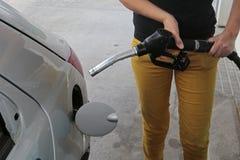 Kvinna som tankar bilen Royaltyfria Bilder