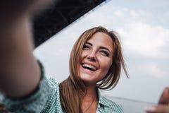 Kvinna som tar bilden av henne, selfie Royaltyfri Foto