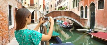 Kvinna som tar bilden i Venedig banerpanoramautsikt royaltyfri bild