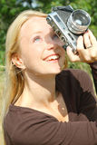 Kvinna som tar bilder Arkivfoto