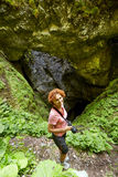 Kvinna som tar bilder av en sinkhole Arkivfoton