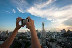 Kvinna som tar bilder från smartphonen Royaltyfria Bilder