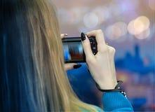 Kvinna som tar bilder med hennes digitala kamera Arkivbild