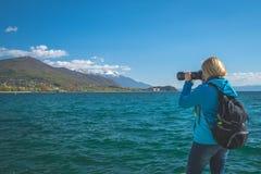 Kvinna som tar bilder p? ferier royaltyfri foto