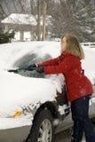 Kvinna som tar bort Snow från bil 10 Royaltyfri Fotografi