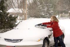 Kvinna som tar bort Snow från bil 2 Fotografering för Bildbyråer