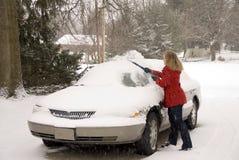 Kvinna som tar bort Snow från bil 4 Royaltyfria Foton