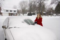 Kvinna som tar bort Snow från bil 7 Royaltyfri Bild