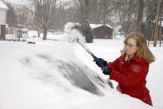 Kvinna som tar bort Snow från bil 8 Arkivbilder
