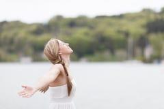 Kvinna som tar djup andedräkt Arkivfoto