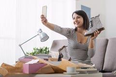 Kvinna som tar en selfie med hennes nya köp Royaltyfri Fotografi