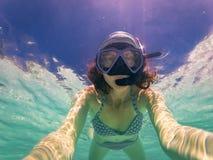 kvinna som tar en undervattens- selfie, medan snorkla i kristallklart tropiskt vatten arkivbild