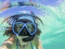 kvinna som tar en undervattens- selfie, medan snorkla i kristallklart tropiskt vatten arkivbilder