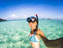 kvinna som tar en undervattens- selfie, medan snorkla i kristallklart tropiskt vatten arkivfoton