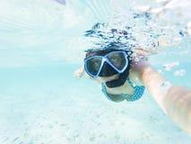 kvinna som tar en undervattens- selfie, medan snorkla i kristallklart tropiskt vatten arkivfoto
