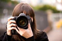 Kvinna som tar ett foto Arkivbild