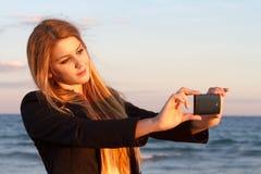 Kvinna som tar ett foto Arkivfoto