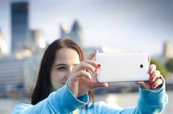 Kvinna som tar ett foto med Smart-telefonen Royaltyfri Foto