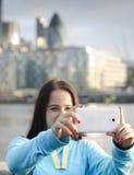 Kvinna som tar ett foto med Smart-telefonen Arkivfoton