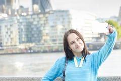 Kvinna som tar ett foto med Smart-telefonen Arkivfoto