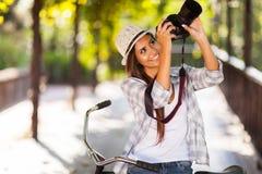 Kvinna som tar foto royaltyfri fotografi