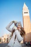 Kvinna som tar foto med kameran nära Campanile di San Marco Royaltyfria Bilder