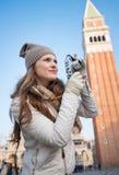 Kvinna som tar foto med kameran nära Campanile di San Marco Royaltyfria Foton