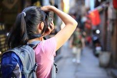 Kvinna som tar fotoet royaltyfri foto