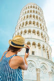 Kvinna som tar fotoet av det lutande tornet av pisa Arkivbild
