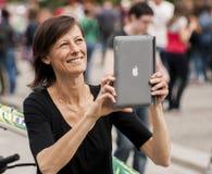 Kvinna som tar fotoet med Ipad Fotografering för Bildbyråer