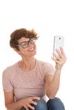 Kvinna som tar fotoet med kameratelefonen Arkivbild