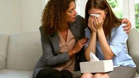 Kvinna som tar omsorg av hennes ledsna vän lager videofilmer
