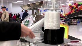 Kvinna som tar plastpåsen för köpande mat stock video