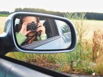 Kvinna som tar Selfie i bilspegeln Royaltyfri Bild