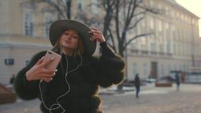 Kvinna som tar selfiefotoet med hans smartphone i staden arkivfilmer