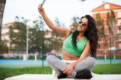 Kvinna som tar selfies Fotografering för Bildbyråer