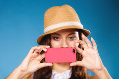 Kvinna som tar självbilden med smartphonekameran Arkivbild