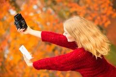 Kvinna som tar självfotoet med två moderna kameror som är retro och Fotografering för Bildbyråer