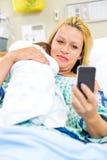 Kvinna som tar självståenden med Babygirl igenom Arkivbild