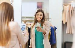 Kvinna som tar spegelselfie vid smartphonen på lagret arkivbilder