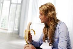 Kvinna som äter bananen Royaltyfri Fotografi