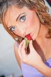 Kvinna som äter jordgubben Royaltyfri Bild