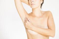Kvinna som testar hennes bröst för cancer Arkivfoton