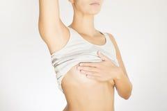 Kvinna som testar hennes bröst för cancer Royaltyfri Fotografi